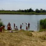 Plaża po drugiej stronie jeziora